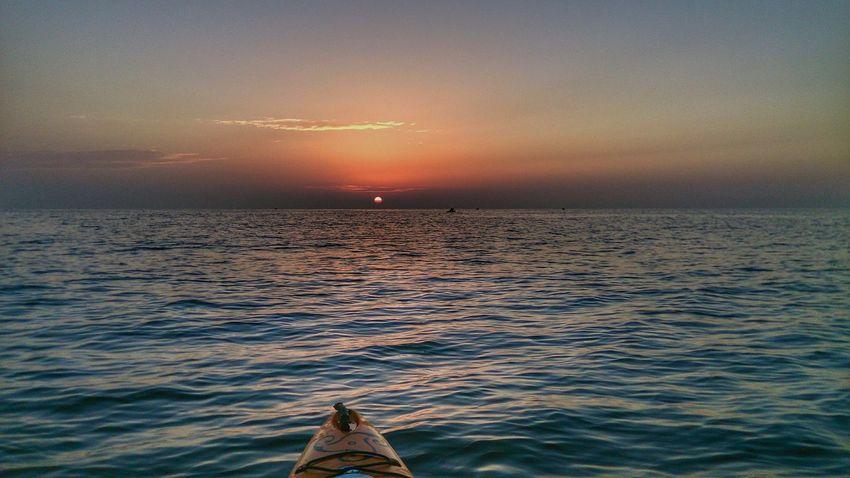 """Navegando hacia el sol"" Amanecer En El Mar Amanecer Amaneceres Sunset_collection Sunset Zen Cloud - Sky Sonyxperiaz1 Sea And Sky Seascape Kayaking Adventure Sailling"