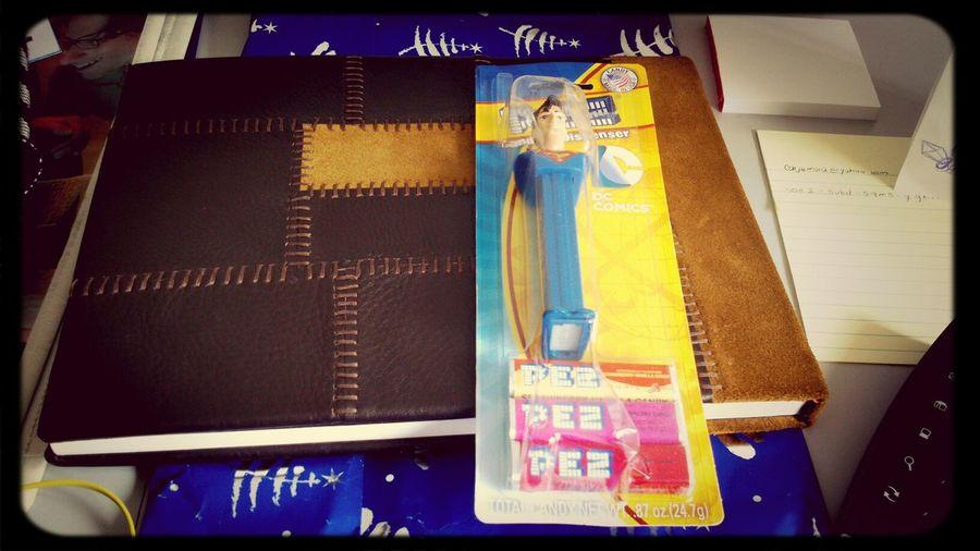 Que bonitos regalos para un día lleno de diseño :D gracias Mayita gracias Dani