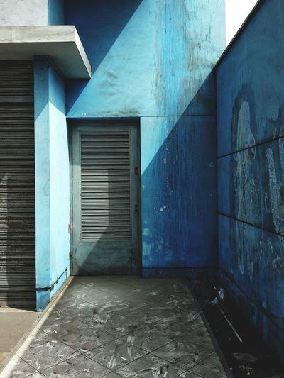 光 Snapseed Streetphotography Limaperu Door Architecture Building Exterior Close-up Built Structure Closed Corrugated Iron Entry Entryway Weathered 17.62°