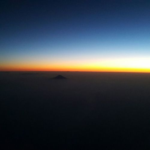 What a beautiful scenery of mt.fuji😍 昨日の早朝フライト 撮影したのはもちろん私じゃないよ うっとり なんてのんびりした一日だろうか 皆さんおやすみなさい 私はまだ寝ません 何しよ 寝ろよ 眠い