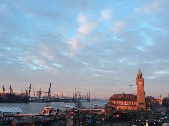 Der Morgen naht Architecture Built Structure City Cloud - Sky Elbe Elbe River Friede Hafen Hamburg Landungsbrücken  Real People Relaxing Schönste Stadt Der Welt Sky Sonnenaufgang Wasser Water