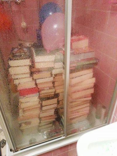 Books Books In A Shower Shower Bücher  Dusche Hochzeitsbrauch Wedding Wohnungsverwüstung Hochzeitsstreich Prank Trick  Rite Devastation