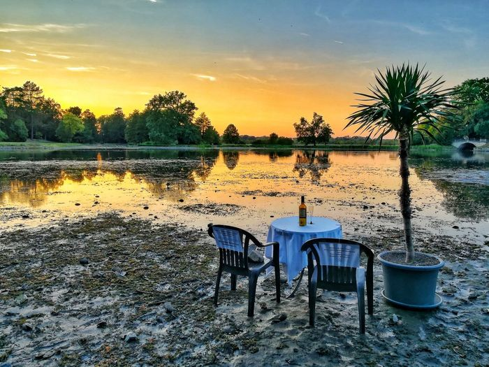 Foto vom 19.8.2018. Tree Sky Water Plant Nature Sunset Tranquility Beauty In Nature No People Seat Tranquil Scene Scenics - Nature Lake Reflection Outdoors Cloud - Sky Chair Non-urban Scene Table