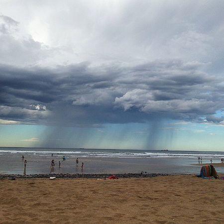 Con esta nube hay que echarle narices para bañarse... Beach Malrollo
