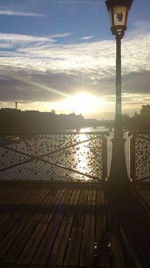 Stadt der Liebe Paris Schlösser An Brückengeländer Sonne Somnenuntergang France🇫🇷