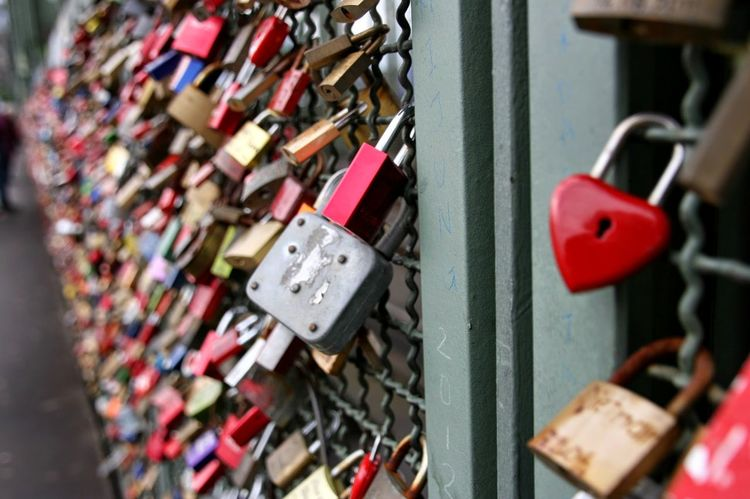 Liebesschlösser Liebesschloss Lovelocks Valentinstag Valentine's Day  Valentine Schloss Schlösser Lovelock Köln Glück Luck Happiness Togetherness Bridge Liebe Padlock Lock Love Lock Security Safety Protection Love Metal Hanging Railing Heart Shape Safe Bridge - Man Made Structure Close-up Outdoors