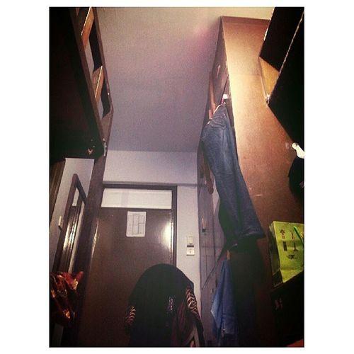 Feel macam student betul. Ruang sempit katil double decker rak buku ruang belajo. Zaman Klmu pon duduk apartment. Tak dapat nak ada feel camni. Haha.