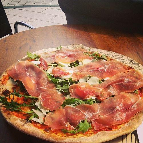 Beste Pizza nach langer Zeit! Yummi 56cm Parmaschinken Buffelomozerella rucoola
