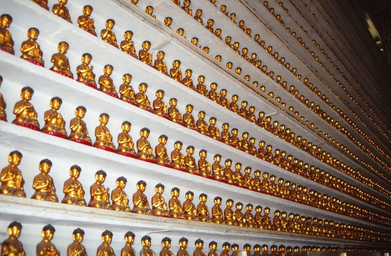 Tempel der tausend Buddha Gold Colored In A Row Gold Large Group Of Objects Pattern Indoors  No People