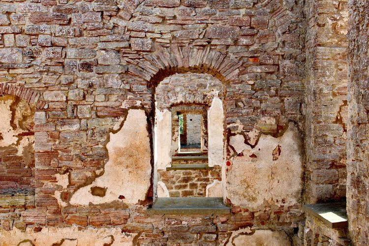 ▫️Castle ruin of Borgholm slot▫️ Borgholms Slottsruin Borgholmslott Borgholm EyEmNewHere Eyemphotography Eye4photography  Ruin Window View Window Architecture Built Structure Archway Weathered Entry Arch Wall Historic EyeEmNewHere