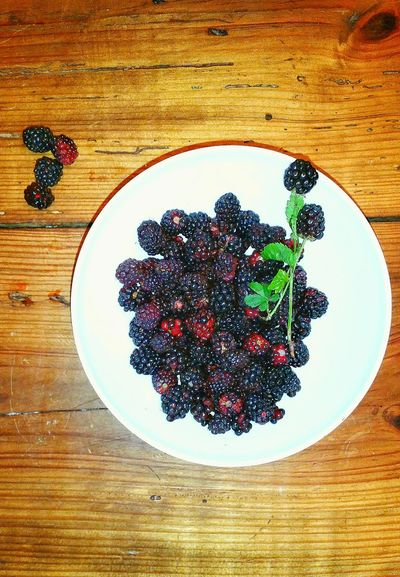 Food Porn Food Photography Bowl Of Berries White Bowl DewBerRy Blackberry Wooden Tabletop Antique Wooden Tabletop Vintage Wooden Tabletop Natural Wood Table Cooking Photography Berries Cooking Ingredients Bowl Of Berries Spilt Berries