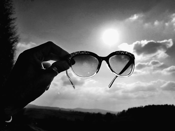 Sonnenaufgang Black & White Unforgettable ♥ Blackandwhite Sunlight Unforgettable Moment Unforgettable Black And White Bubble Wand Human Hand Tree Men Sunglasses Sky Cloud - Sky