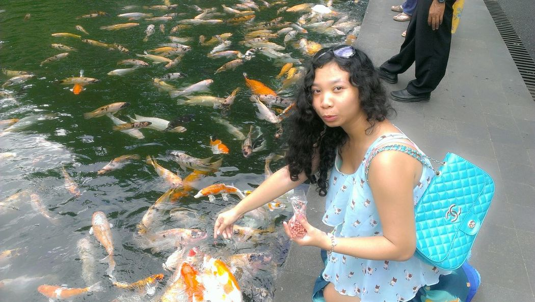 Feeding fish...🐟🐟🐟 On A Holiday Hanging Out Fish Face Enjoying Life Holiday♡ My Holidays My Pictures Happy Day ..🎈🎈🎉🎉