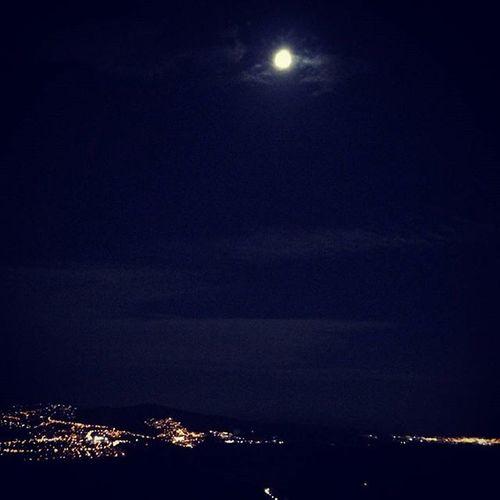 Noche Night Moon Luna Instamoment Instalike Ciudad City ♥♥ Luces Sombra Cielo Heaven Ilovenight Shine Oscuro Instalove Instanoche Instaluna Instalandscape Lanscape Paisaje Vista *-* que hermoso el paisaje e noche en carretera