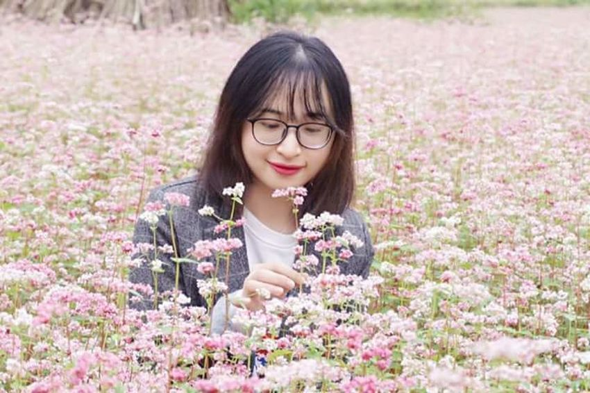 Cô gái và hoa tam giác mạch Flower Adult Nature Eyeglasses  One Person Black Hair People Outdoors Smiling Only Women Enjoyment Portrait Rural Scene Charming Day Young Women Women Adults Only Cheerful Beauty