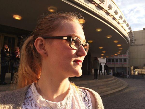Natural Light Portrait Abendsonne Staatsoper Schiller Theater Berlin Ballett Nacho Duato Excitement Waitingfortheshowtostart Babysister Beauty Relaxedandhappy Sonnenuntergang Sonne Im Gesicht Green Eyed Girl Happiness Family Friends