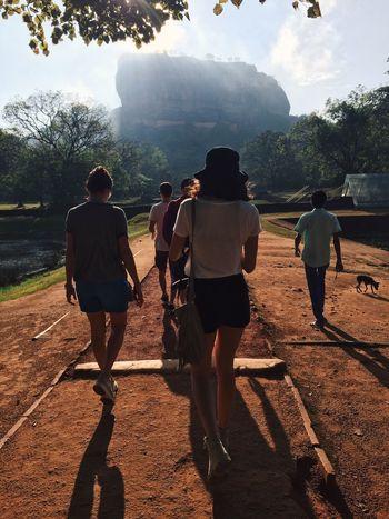 Sigiryia, Sri Lanka, aprile 2016 Sigiriya Rock Travel Nature Meraviglia Rear View Real People Men Lifestyles Leisure Activity Togetherness Friendship Bonding Full Length Women Sunlight Sport Tree Outdoors Sky Adult Day People Sri Lanka