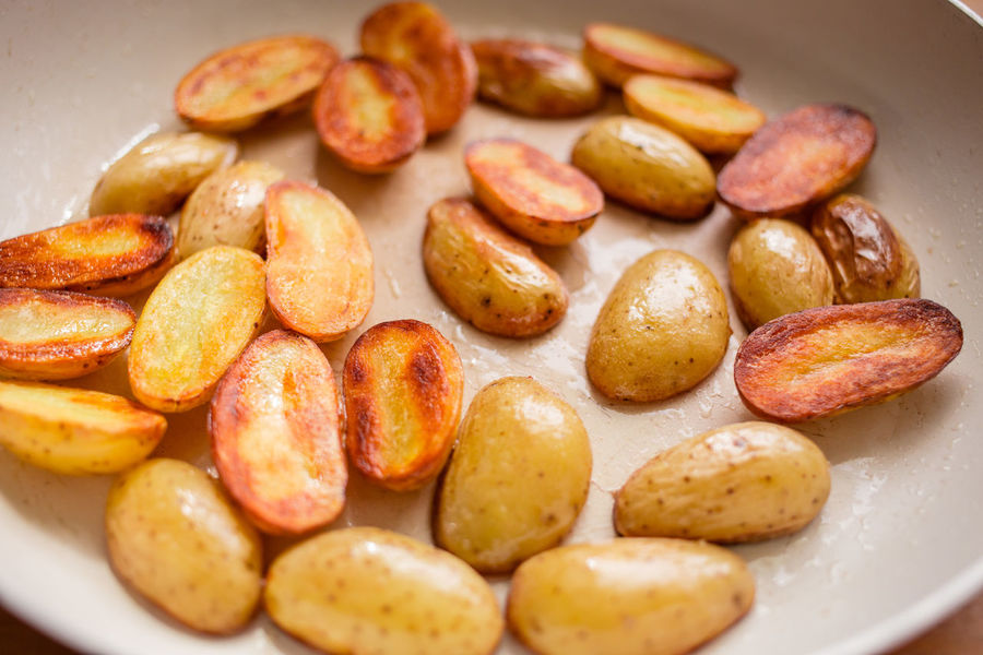 roast some potatoes Blur Brown Close-up Cooking At Home Depth Of Field Eye4photography  Food Food Photography Foodphotography Foodporn Freshness Hungry Kitchen Large Group Of Objects Mealtime Oil Potatoes Roasted Roasted Potatoes Roasting Stir Fry Tasty