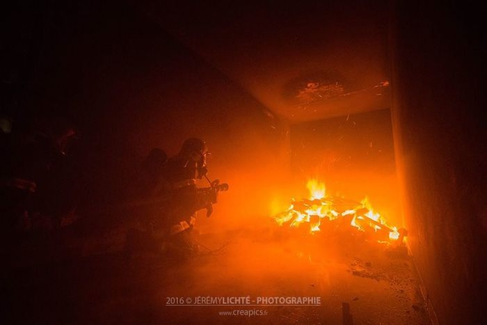 L'attaque... Nikon France Alsace Reportage Firefighter Sapeurspompiers Firephotography Feu Barr