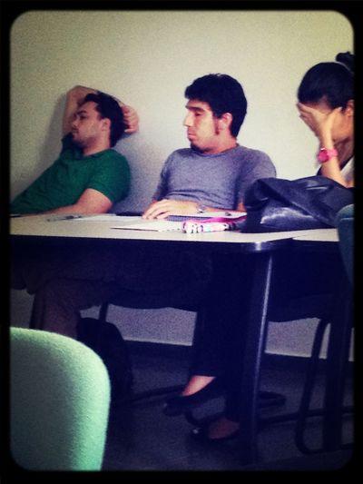Algunos companeros durmiendo en clase