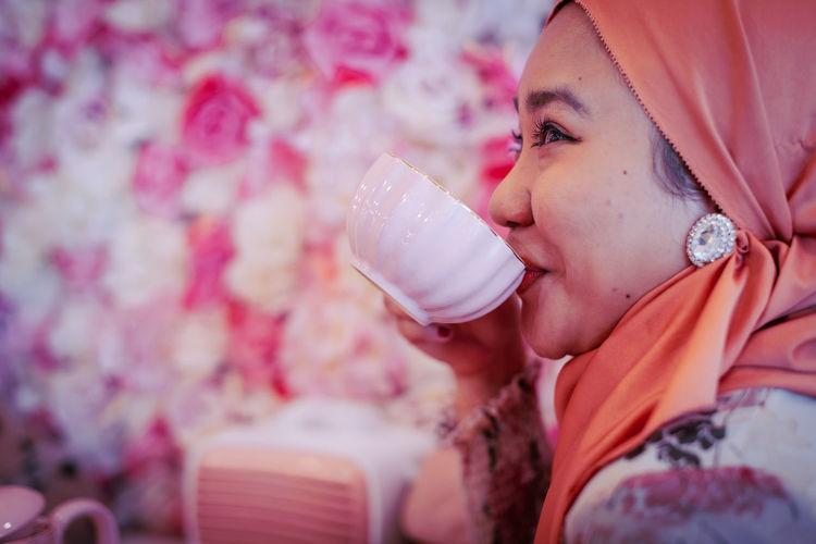 Portrait of woman drinking glass