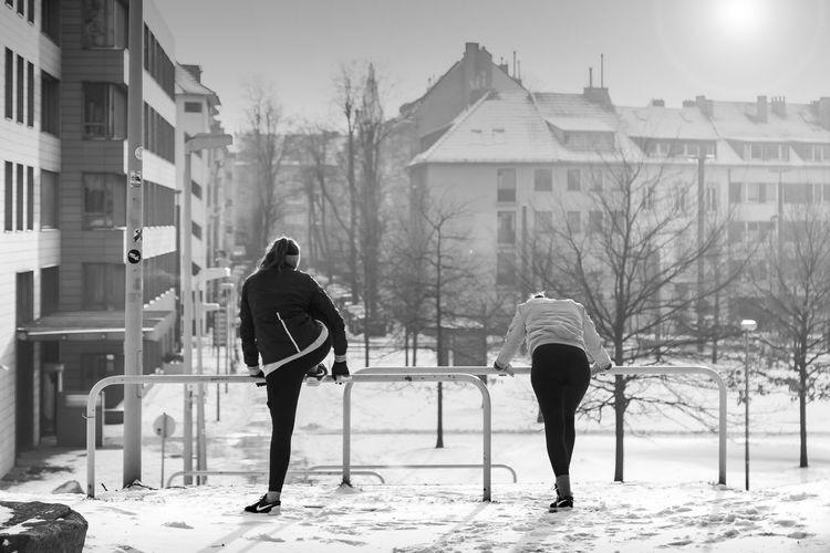 Düsseldorf, Germany Jogging Warmingup Aufwärmen Bnw Sonnenaufgang Dehnen Wintersport Sporty Frühsport Winter Cold Temperature Snow Full Length Real People Architecture Warm Clothing Two People People City Outdoors Day