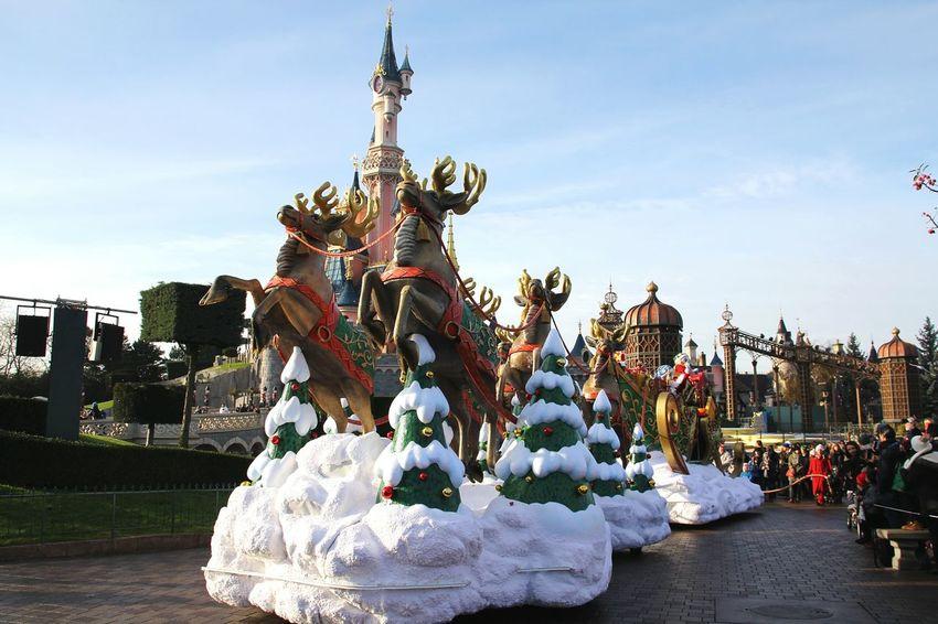 Disneyland Paris Disney Parade Parade Time Disneyland Disney Parade Disneylandparis At The Parade Disney Castle Disneyparis