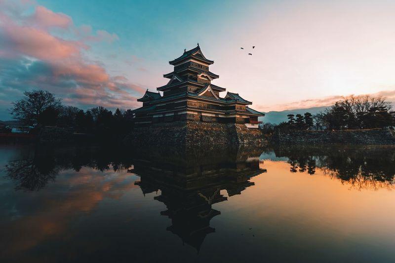 @itchban / itchban.com Castle Japan Japanese Castle Mirror Reflection Birds Sunrise Symmetry Water The Traveler - 2018 EyeEm Awards