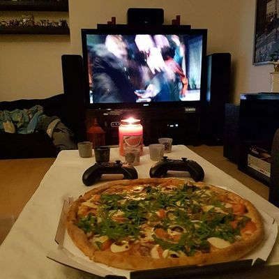 Romantik zum Abendessen. 😍 Supernatural und eine große Pizza von Smileys. Supernatural Cheatmeal Hunger Deanwinchester Pizza Kalorienzählen Kcal Diättagebuch Abnehmendurchkalorienzaehlen Foodpic Foodlover