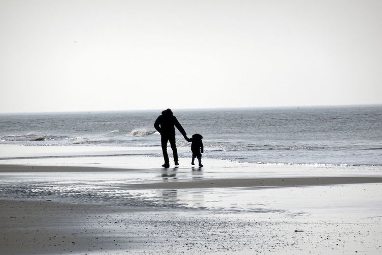 Beach Enjoying Life Enjoying Nature Father & Son Horizon Over Water Leisure Activity Silhouette Taking Care That's Me Togetherness Tranquility Vacations Walking
