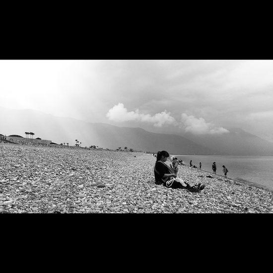 海灘上的母子 Mother and son on the beach 七星潭 台灣花蓮 Baby Sun Taiwan Hualien Sea Beach Motherandson