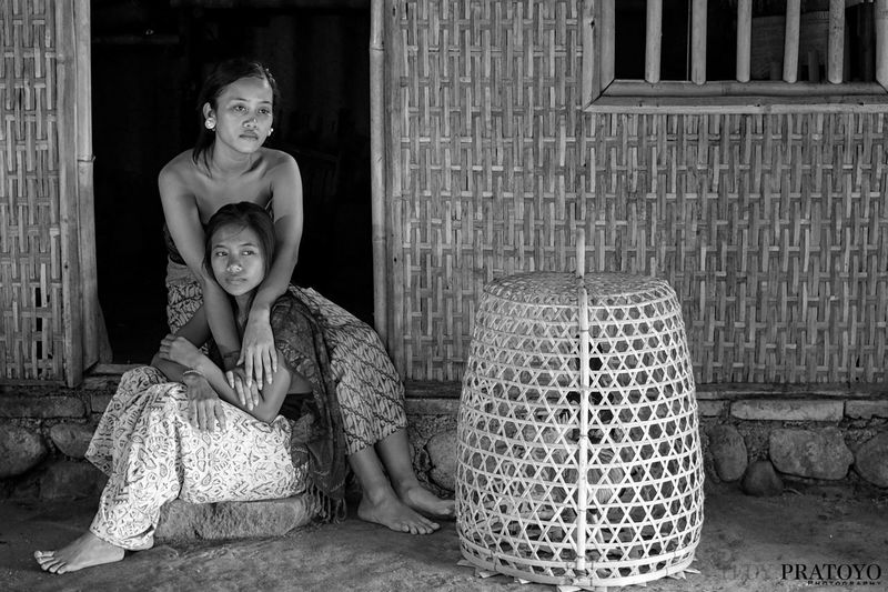 sisters are waiting for the mother's return Bali Balinese Life Sisters Balinese Balinesegirl Blackandwhite Oldies Women Young Women