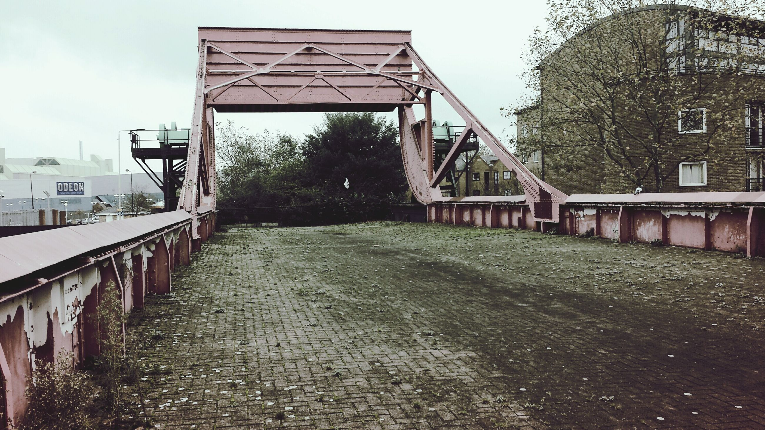 architecture, built structure, building exterior, house, residential structure, residential building, railing, the way forward, sky, day, outdoors, tree, diminishing perspective, no people, canal, walkway, street, building, roof, city