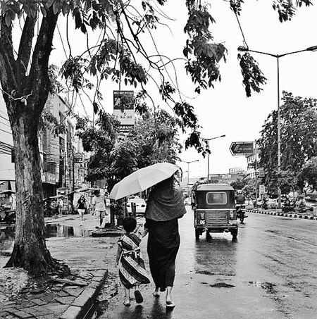 Amazingindonesia Javaisland Jakarta Streetphotography Blackandwhite Blackandwhite Photography Rainy Day Umbrella Streetofjakarta Rikshaw Streetphoto_bw Street Life Streetview Walking Around Taking Pictures Travel Photography Momanddaughter