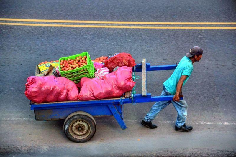 Pequeño comerciante independiente, foto tomada en Esteli, Nicaragua, desde el tercer piso de un hotel. Small independent merchant, photo taken in Esteli, Nicaragua, from the third floor of a hotel.