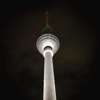 Majestätischer Fernsehturm in Berlin . Hauptstadt CapitalCities Night