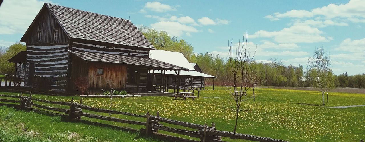 Photo aux primtemps 2016 Architecture Wood - Material Agriculture Beauty In Nature Printemps 2016 Glengary Pioneer Museum Nature Rural Scene Building Exterior PhotosophLav Photo♡ The Great Outdoors - 2017 EyeEm Awards EyeEmNewHere Mes Photos Printemps 🌼