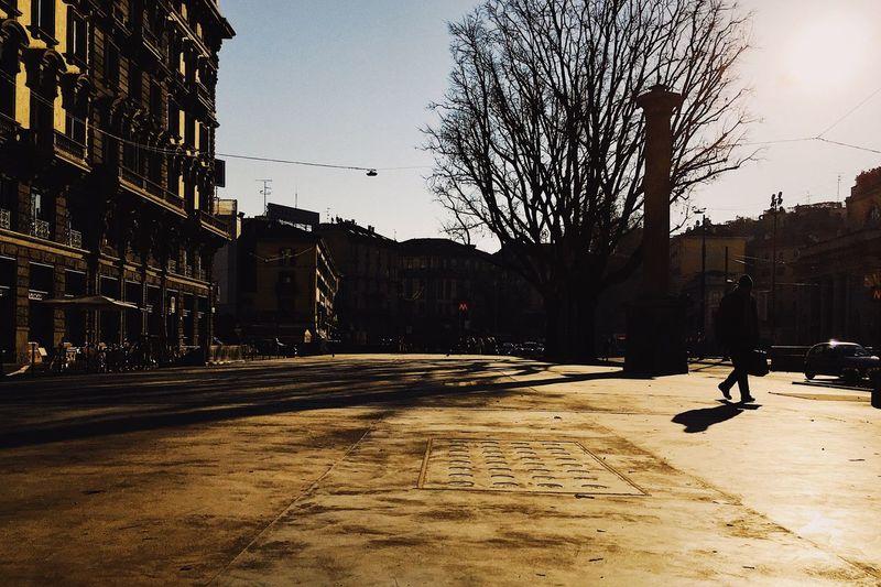 Il mattino ha l'oro in bocca Building Exterior Street Architecture City Street People EyeEm Best Shots Streetphotography EyeEm Vscocam One Person Real People EyeEm Best Edits Street Photography VSCO Colors Milano