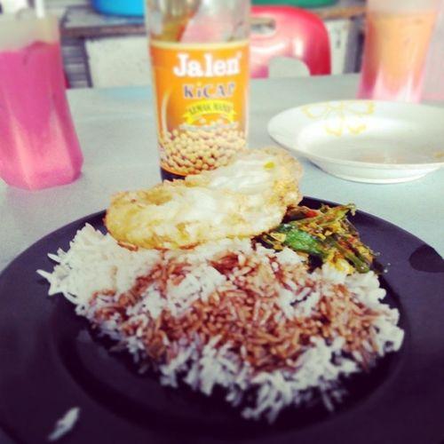 Hari ni lunch nasi + sayur + telur + kicap. Dah lama tak makan macam ni. Kempunan wei. Hahaha! Jemputmakan Promotekicap