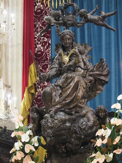 St. Lawrence Cathedral in Genoa, Italy St. Mary St. Lawrence Cathedral Genoa, Italy, Europe, Liguria Maria Statua Bronzo Bronze Statue Queen Of Genoa Regina Di Genova