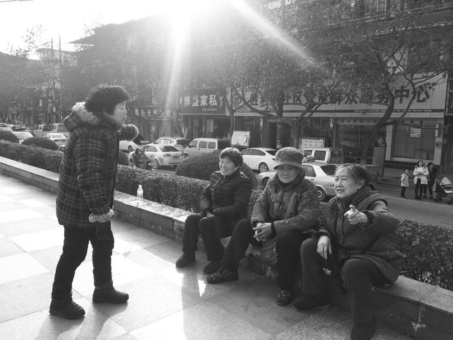 拉家常 Lens Flare Sunbeam Full Length Sitting Real People Outdoors Day Sunlight