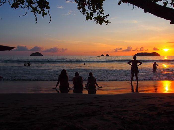 Manuel Antonio Beach at sunset with friends ------------------------------------------- Manuelantonio Exploremanuelantonio Costarica Explorecostarica Beach Beaches Blacksandbeach Beachlife Sunset Sunsets Sunsetlovers Surise_sunsets_aroundworld Travel Travels Travelling Instatravel Olympus Gadventures Gadventurestour