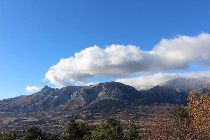 Mountain Cloud - Sky Sky Mountain Range Nature Mountain Peak Tree Scenics Outdoors Tranquility Beauty In Nature Montagne Nuages Et Ciel Panorama Sérénité Tranquilité Autumn Vue Beauty In Nature Soleil Blue Beauty Nature Paix