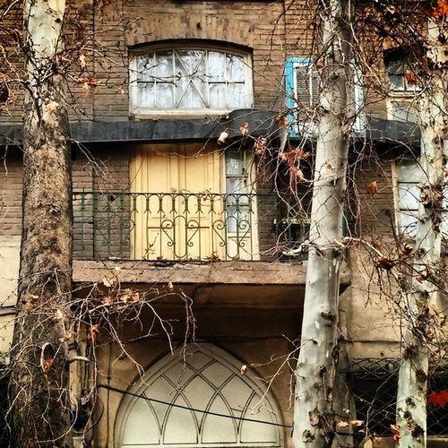 حس خوب زندگی این خونه های قدیمی تهران... این خونه ها پر سر و صدای بازی بچه هاس که دیگه شنیده نمیشه ... این خونه ها گرمایی از عشق داشت که خونه های ما نداره... کاش بعضی چیزا قدیمی باقی میموند... 🏫💓