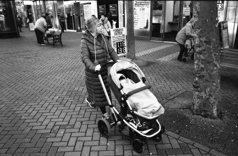Northampton, December 2017 Streetphoto_bw Street Photography Streetphotography Leica M6 Ttl Leica M6 Elmarit 28mm Asph ELMARIT-M 28mm F2.8 Kodak HC-110 Epson V550 Rollei Retro 400S 35mm Film Blackandwhite Black And White Northampton Real People Street Sidewalk first eyeem photo
