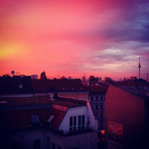 Berlin Sunset Sonnenuntergang Rotknalltindasblau Lila Sky Skyporn Sundown Kreuzberg Fernsehturm Der Himmel über Berlin Über Den Dächern Von... Top Floor