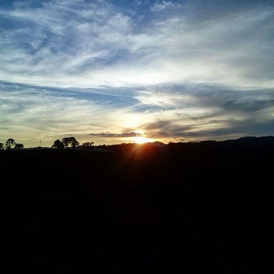 Esse é meu caminho nele eu vou Eu gosto de pensar que a luz do sol Vai iluminar o meu amanhecer Mas se na manhã o sol não surgir Por traz das nuvens cinza tudo vai mudar A chuva passará e o tempo vai abrir A luz de um novo dia sempre vai estar Pra clarear você Pra iluminar você Pra proteger Pra inspirar E alimentar você Nascerdosol Renovaçao Agradecer Sempre Paz Equilibrio Vida Vivencia Minasgerais