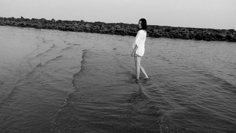 我不是一定要你回来只是当又一个人看海B&W Portrait Sea Nervous AlongI'm not must you come back,just as a person to see the sea again.