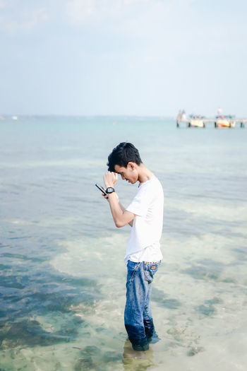 My friend was photographing the beach using a smartphone for immortalization