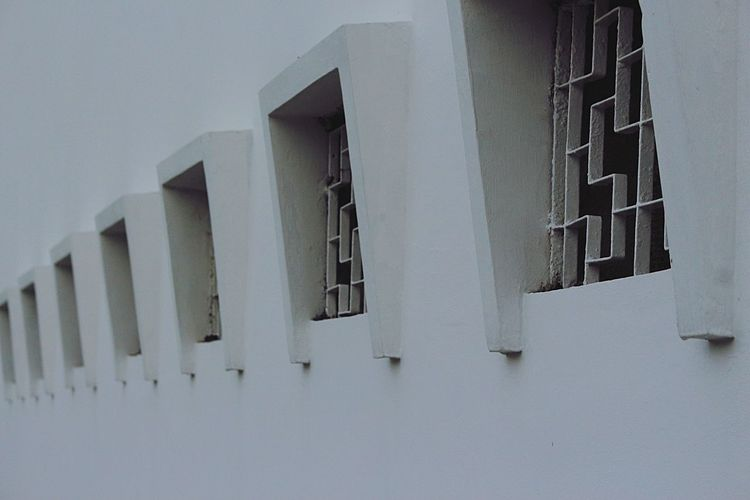 Ventilasi udara Architecture Building Exterior Built Structure Window White Color No People Outdoors Day Whitewashed Low Angle View Sky Ventilasi Struktur Urban Kota Lama Semarang Scenery Shots Old Classic Gedung Seram Bnw Semarang INDONESIA Newbie Pemula